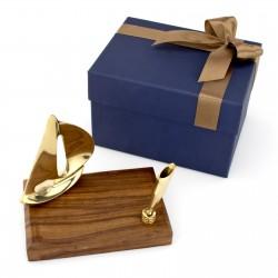 drewniany stojak na długopis z żaglówką na prezent dla marynarza